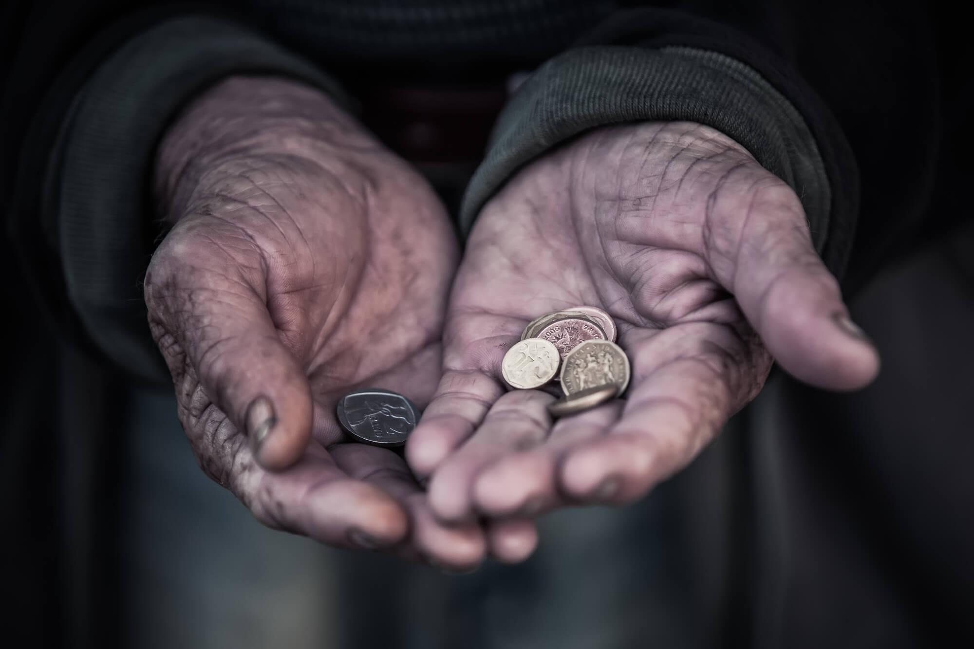 Дело рук утопающих. Почему для преодоления бедности социальных выплат государства недостаточно